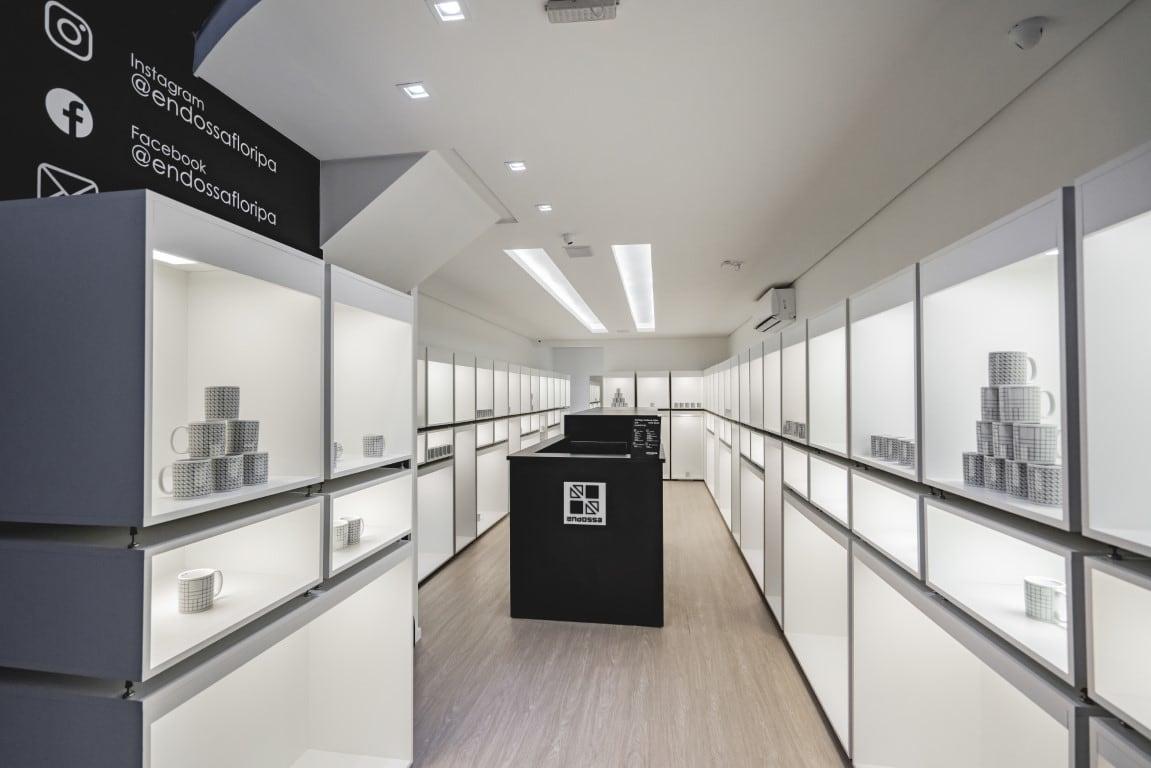 Loja com várias caixas com produtos como roupas e acessórios expostos with black filter